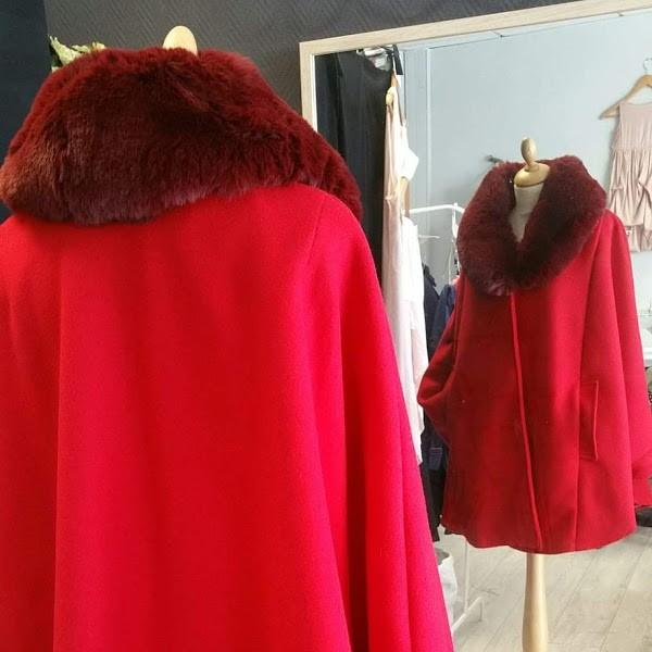 Cape en laine rouge
